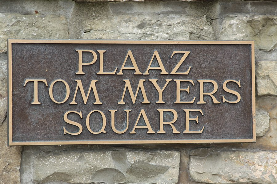 Plack vum Square Tom Myers zu Weiler