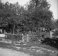 """""""Flanšček"""" (vrt) in """"sekret"""" (stranišče), pri Luketovih nasproti hiše, Dob 1950.jpg"""