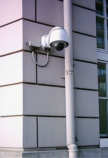 http://upload.wikimedia.org/wikipedia/commons/thumb/5/58/Überwachungskamera_01.jpg/220px-Überwachungskamera_01.jpg