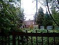 Главный дом за оградой.jpg