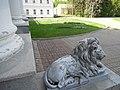 Главный дом усадьбы Валуево, скульптура льва.jpg