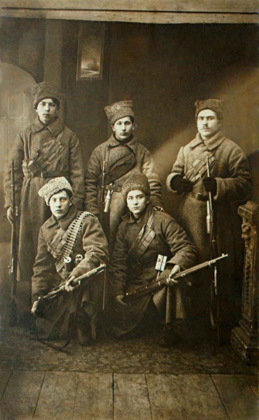 Группа красноармейцев завода «русский рено» перед отправкой на борьбу с Калединым (Петроград, 1918)