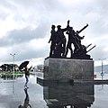 Общий вид памятника на набережной.jpg