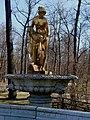 Фонтан «Мраморная скамья» со статуей «Данаида» и маскаронами.jpg