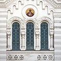 Церковь Знамения, фрагмент фасада с витражными окнами.jpg
