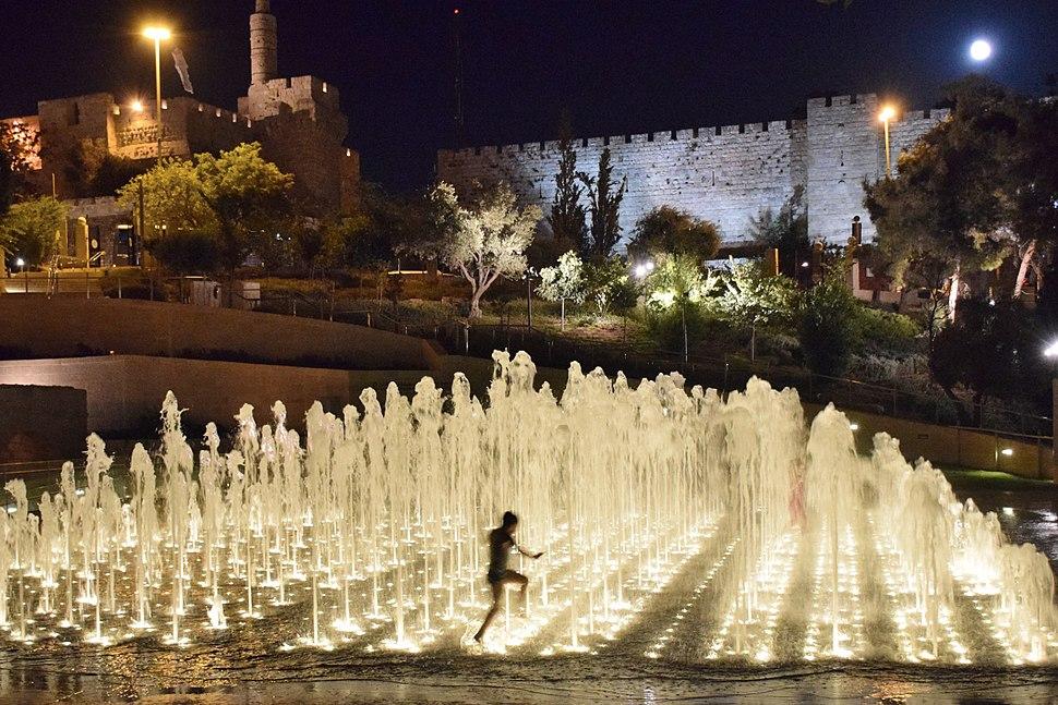 אל מול חומות העיר העתיקה