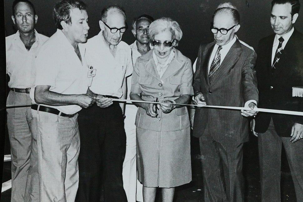 מנחם ועליזה בגין בטקס פתיחת כביש מספר 1, עם מארגן הטקס יהודה אילן 1979