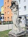 1210 Prager Straße 93-99 Anton Anderer-Platz - Franz Jonas-Hof - Plastik Fruchtträgerin von Wilhelm Frass 1957 IMG 4774.jpg