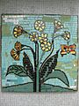 1220 Saikogasse 6-8 - Rudolf Köppl-Hof - Stg 2 - Mosaik Schlüsselblume von Leopold Bistinger 1967 IMG 1006.jpg