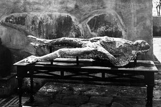 Giorgio Sommer - Image: 1863 Sommer Menschliche Abgüsse aus Pompeij anagoria