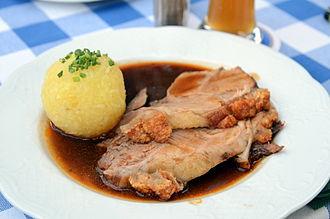 Knödel - Image: 2011 0628 Seefeld Schweinsbraten mit Kartoffelknödel