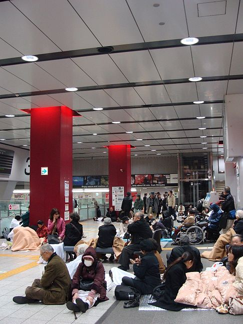 Stranded passengers congregate at the Keiō line concourse of Shinjuku Station in Tokyo as public transportation in northern Japan is interrupted following the earthquake and tsunami. Image: 多摩に暇人.