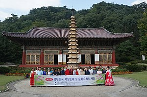 Human rights in North Korea - Image: 2013 Temple of Modern Buddhism Group in North Korea (10390588824)