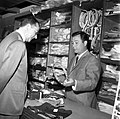 23.05.66 Just Fontaine dans son magasin (1966) - 53Fi633.jpg