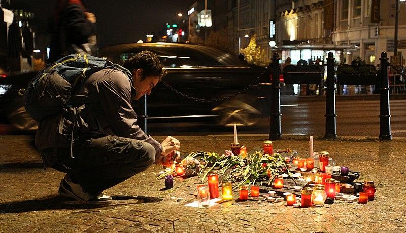 Memorial Jan Palach dan Jan Zajic terlihat dikunjungi oleh warga dan banyak bunga serta lilin untuk menghormati jasa-jasanya