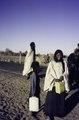 ASC Leiden - van Achterberg Collection - 01 - 13 - Une femme touareg souriante et une fille avec un jerry demandent de l'eau - Arlit, Niger - Agadez, Niger, février 1985.tif