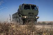 U.S. Air Force-kamiono asignita al la 726-a Air Control Squadron (AC'OJ), parto de ses-kamiona konvojo, movas trans la Idaho-dezerton, ĉirkaŭ 75 mejlojn de Mountain Home Air Force Base en Idaho, Oktoberber 4, 2013 131004-F-WU507-061.jpg