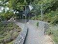 A Vörös és a Kék kápolnák közötti sétány kerti lugassal, gabion támfalrendszerrel, 2018 Balatonboglár.jpg