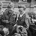Aandacht voor een Duitse uitrustingsstukken waaronder een bajonet, Bestanddeelnr 900-2567.jpg