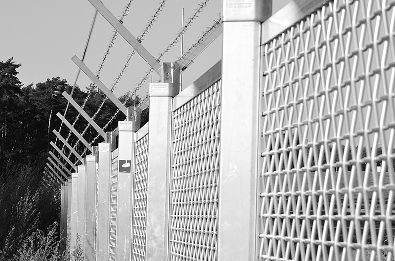 File:Airport Frankfurt - Fraport - Flughafen Frankfurt - barbed wire and fence - Stacheldraht und Zaun - 04.jpg