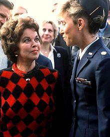 Shirley Temple (a sinistra) nel 1989, ai tempi dell'incarico come ambasciatrice degli Stati Uniti in Cecoslovacchia
