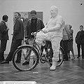 American Pop Art expositie in het Stedelijk Museum, Jan Wolkers bij een werk v, Bestanddeelnr 916-5631.jpg