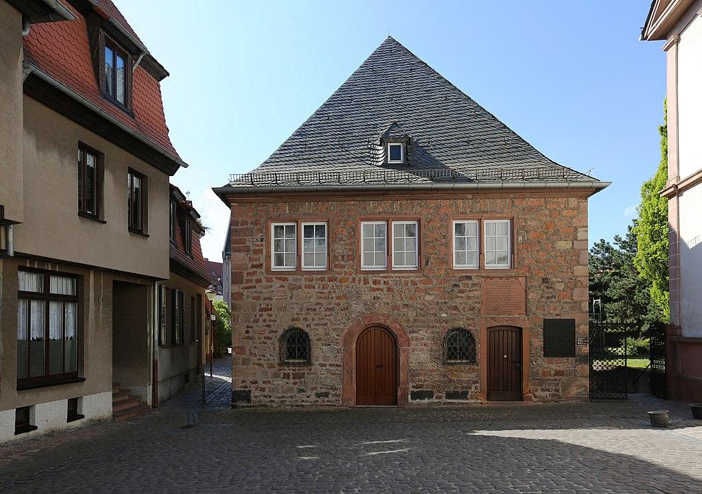 Blick von der Judengasse südwärts auf den Synagogenplatz und den Vorbau der Synagoge Worms (UNESCO-Welterbe SchUM-Stätten)