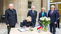 Anteilnahme für die Opfer und Betroffenen Paris, Kondolenzbuch für Helmut Schmidt-2879.jpg