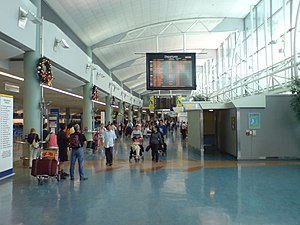 The main hall (check-in areas) in Auckland Int...
