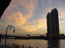 Bangkok dal fiume Chao Phraya al tramonto, luglio 2004