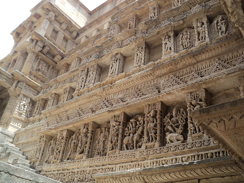 Fichier:Beautiful Stone Carving , Side walls of Step well.JPG