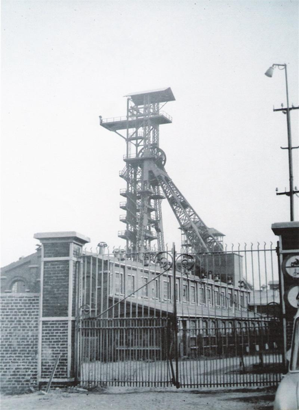 "Coal mining instead said "" 6 Périer "" - Stoppage of activity in 1967 - The photograph shows the beginning of dismantling buildings ( The roof of the central building on the left )"