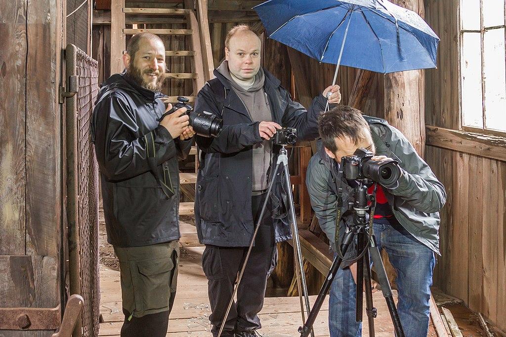 Tre fotografer med kameror från Wikimedia Sveriges teknikpool.