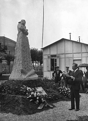 Maurice Bokanowski - Bokanowski in 1927 inaugurating the memorial to the World War I flying ace Bernard Barny de Romanet
