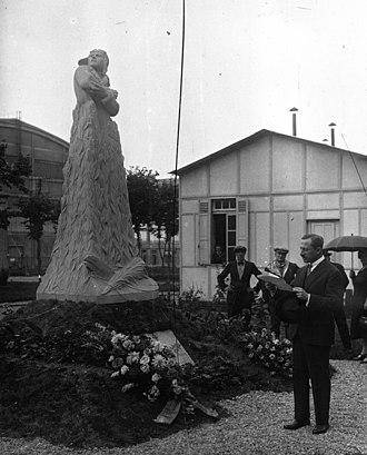 Maurice Bokanowski - Bokanowski in 1927 inaugurating the memorial to the World War I flying ace Bernard Barny de Romanet