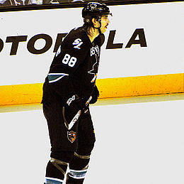Description de l'image Brent Burns in his first game as a Shark playing against his old team..jpg.