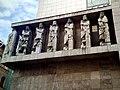 Budapest, Belyegmuzeum, szobrok az epulet tetejen IMG 20170924 172050-2000.jpg