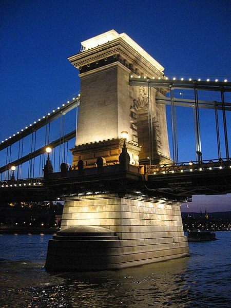 Resim:Budapest chain bridge pillar by night.JPG