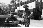 Bundesarchiv Bild 101I-782-0050-16, Nordafrika, Soldat mit Pfaff-Nähmaschine