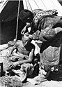 Bundesarchiv Bild 135-S-16-03-15, Tibetexpedition, Golok beim Haareschneiden.jpg