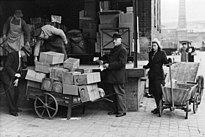 Bundesarchiv Bild 183-2005-0731-522, Berlin, Lebensmittelverteilung an Händler.jpg