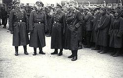 Bundesarchiv Bild 192-206, KZ Mauthausen, SS-Männer vor Gefangenen.jpg