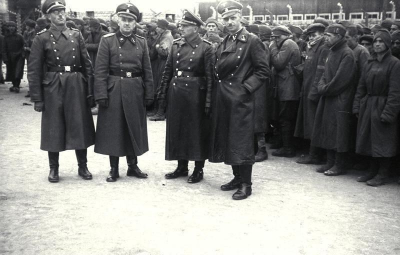 Bundesarchiv Bild 192-206, KZ Mauthausen, SS-Männer vor Gefangenen