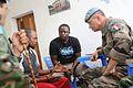 Bunia, RD Congo, Hôpital de niveau 1 - L'adjoint du commandant de la Force de la MONUSCO Jean Baillaud parle à un ex-combattant FRPI blessé. (19048463941).jpg