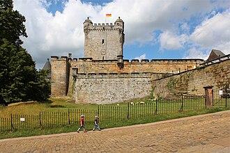 County of Bentheim - Image: Burg Bentheim, Junge Touristen vor dem Pulverturm