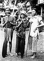 COLLECTIE TROPENMUSEUM 'Drie jonge vrouwen uit Long Djenau met roeispanen (pagaaien) op weg naar het veld (ladang) afdeling Samarinda Midden-Oost-Borneo TMnr 10005563.jpg