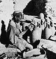 COLLECTIE TROPENMUSEUM Ambachtsman tijdens het vervaardigen van aardewerken kruiken TMnr 10028623.jpg