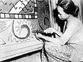 COLLECTIE TROPENMUSEUM Een vrouw brengt met een handspoel patronen aan op een tapijt zoals zij in Jakarta worden vervaardigd ter verbetering van de export en deviezenpositie van Indonesië TMnr 10001438.jpg
