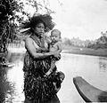 COLLECTIE TROPENMUSEUM Een vrouw van de Mentawei-eilanden in kleding van bladeren en een kralenketting die haar welstand aangeeft TMnr 10002822.jpg