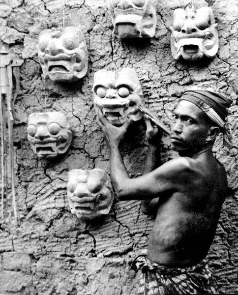 File:COLLECTIE TROPENMUSEUM Maker van Balinese dansmaskers Bali TMnr 10002834.jpg